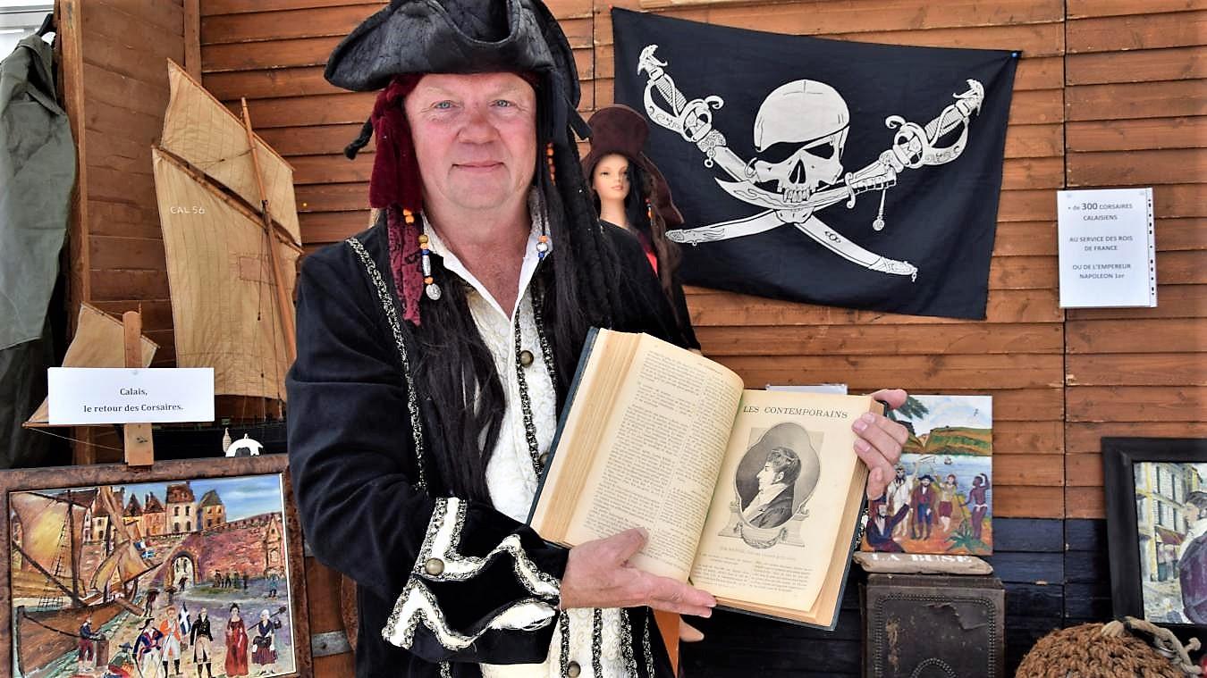 Herve tavernier montre la gravure du corsaire tom souville fete maritime photo nord littoral